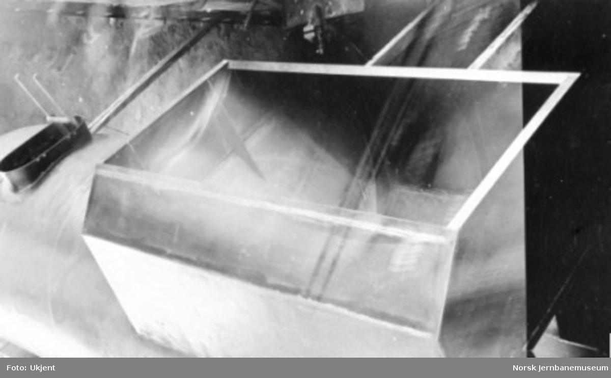 """Damplokomotiv type 49a """"Dovregubben"""" under bygging; kullbingen i tenderen sett ovenfra"""