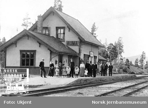 Stasjonsmesteren og hans familie m.fl. oppstilt utenfor stasjonsbygningen på Auma