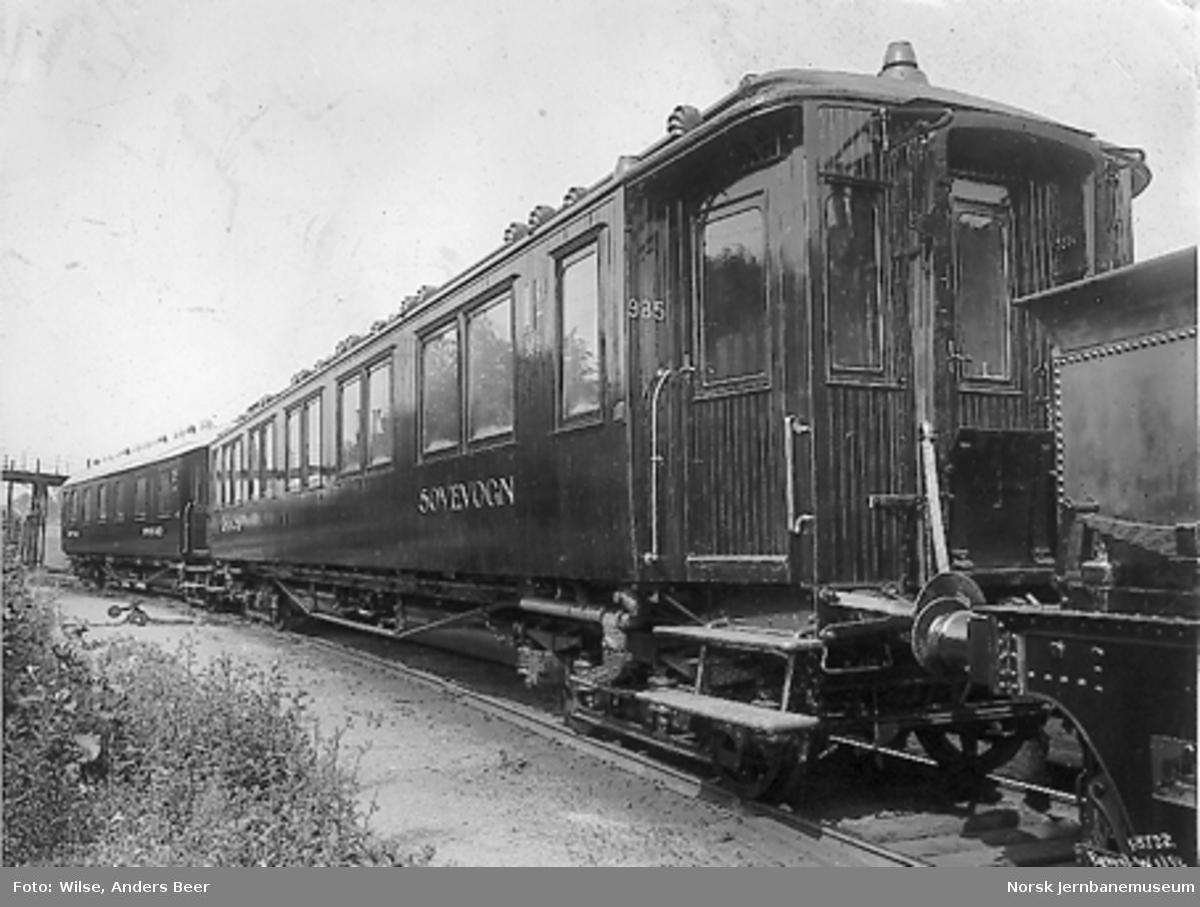 Sovevogn litra Ao1a nr. 985 med en 3. klasses sovevogn i bakgrunnen, trolig litra Co1a nr. 890