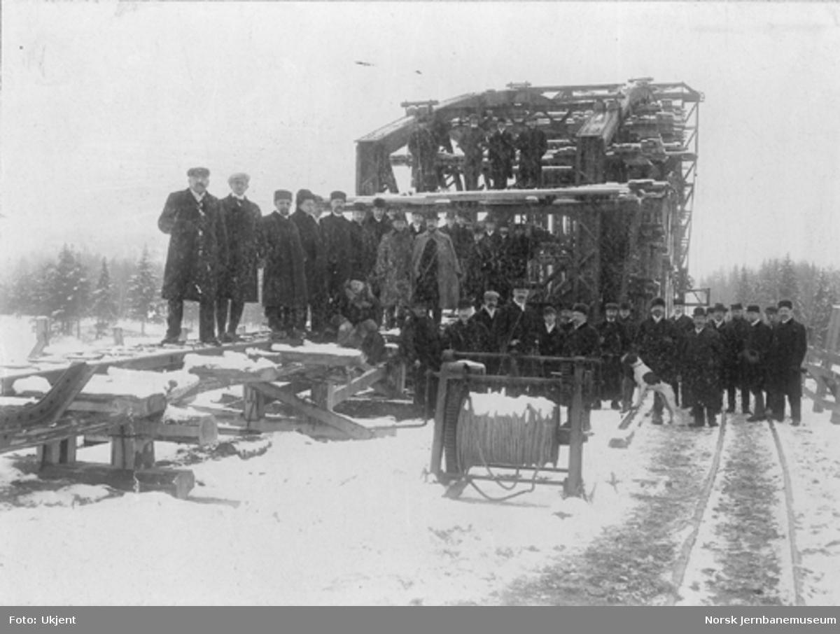 Bru over Glomma ved Haugsfoss under bygging, bilde av arbeidslaget