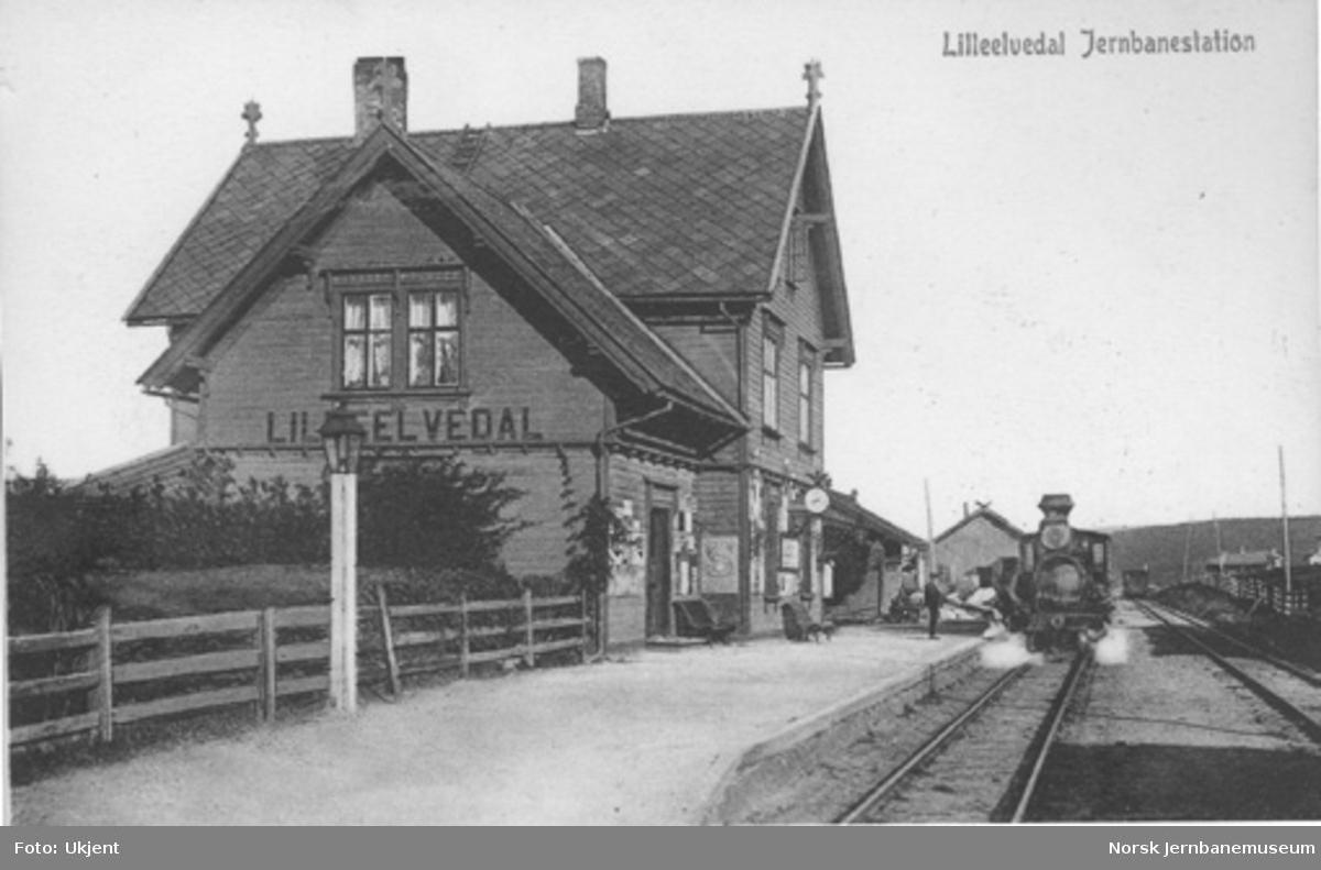 Alvdal stasjon med damplokomotiv i spor 1
