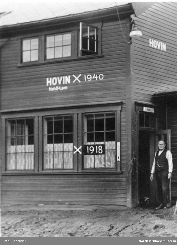 Hovin stasjonsbygning med vannstanden i 1918 og 1940 avmerket. Slammet fra 1940-flommen ligger fortsatt på plattformen
