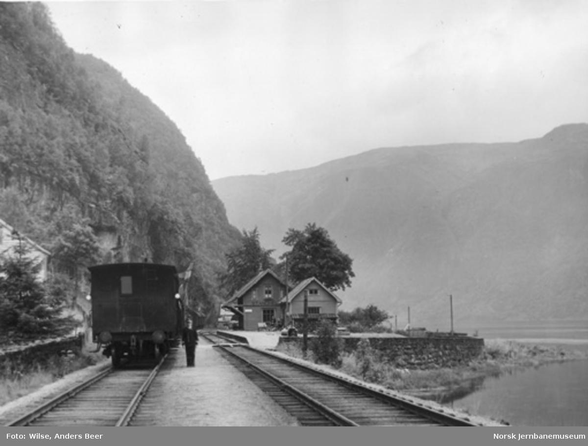 Stanghelle stasjon med tog i spor 2