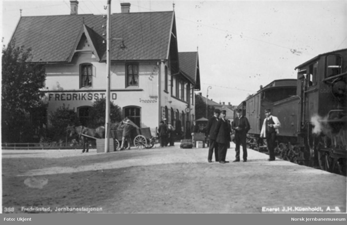 Fredrikstad stasjon med persontog i spor 1