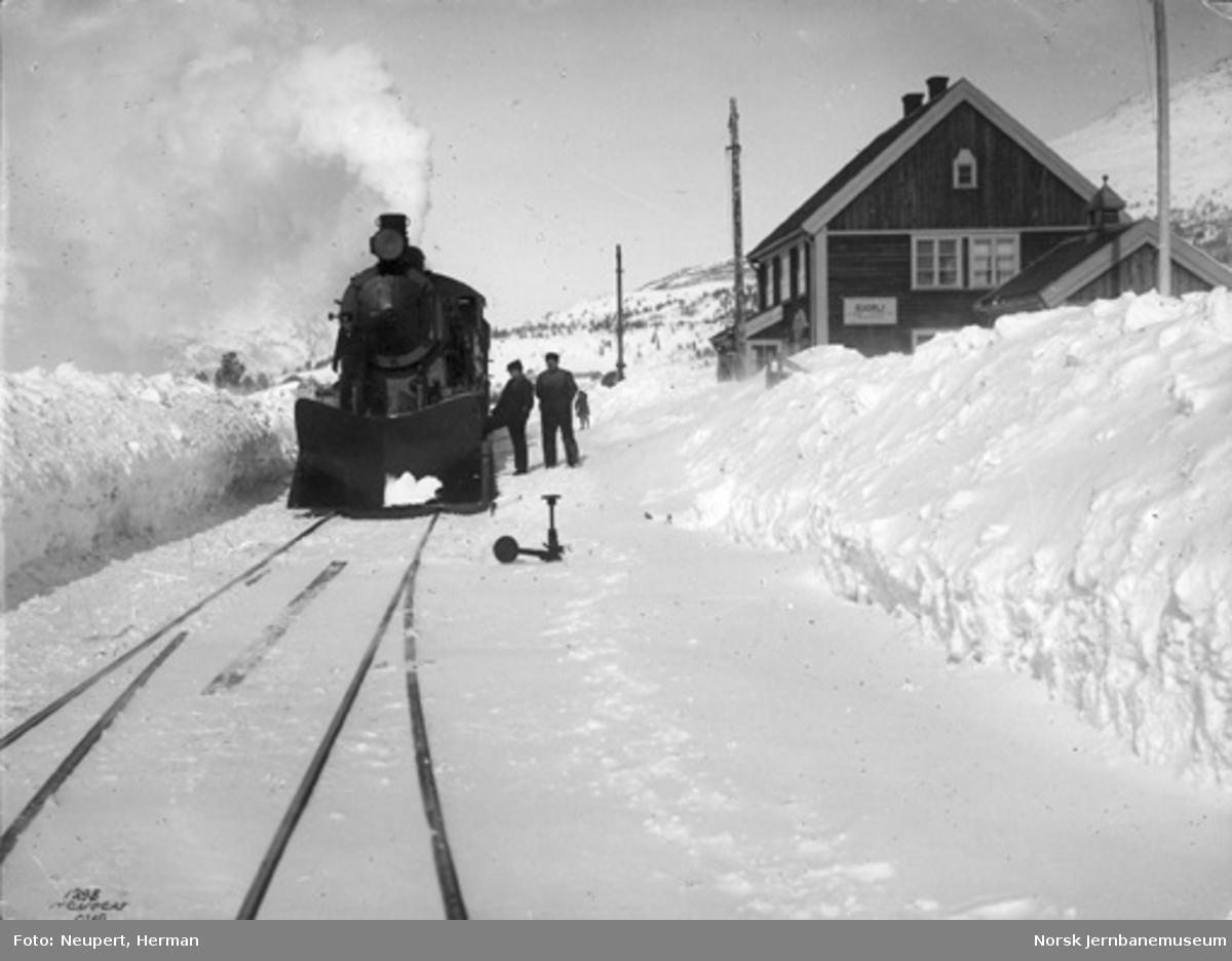Bjorli stasjon : vinterbilde med østgående damplokomotiv i spor 1