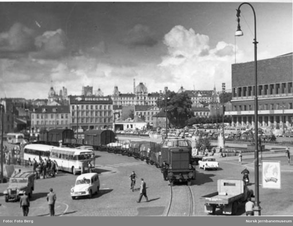 Havnebanen på Rådhusplassen : diesellokomotiv type Di 2 med østgående tog passerer