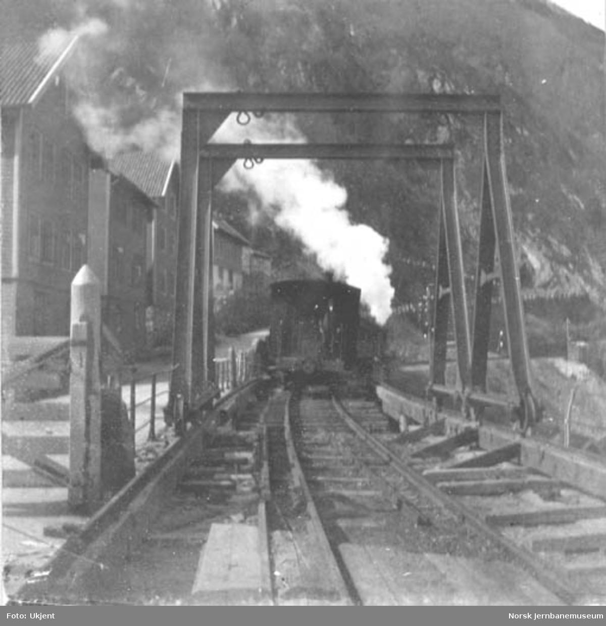 Utbytting av Trengereid bru : siste tog passerer