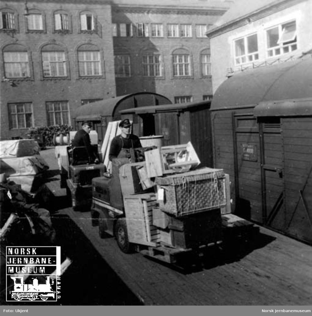 Lasting eller lossing av godsvogner, trolig på godsekspedisjonen, Oslo Ø