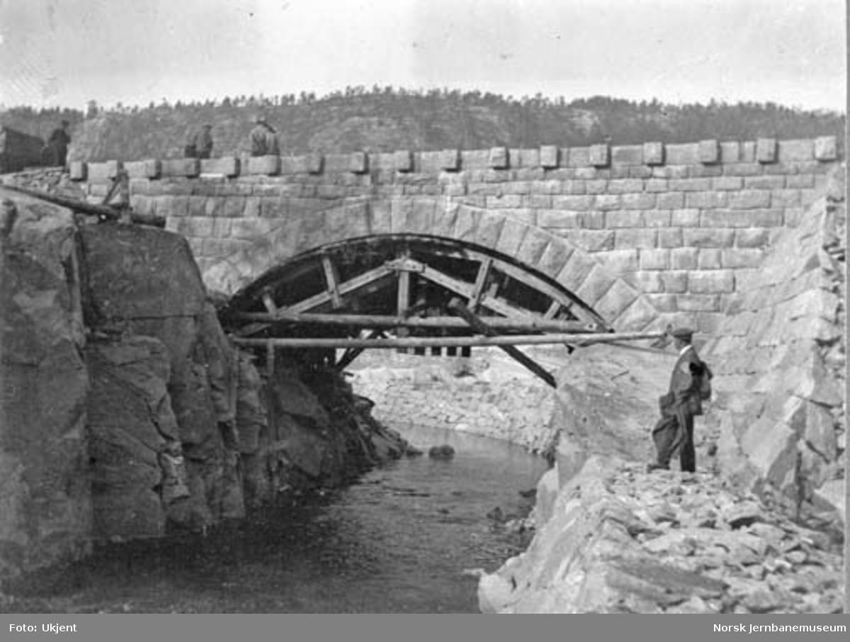 Bru over Karlsåa under bygging