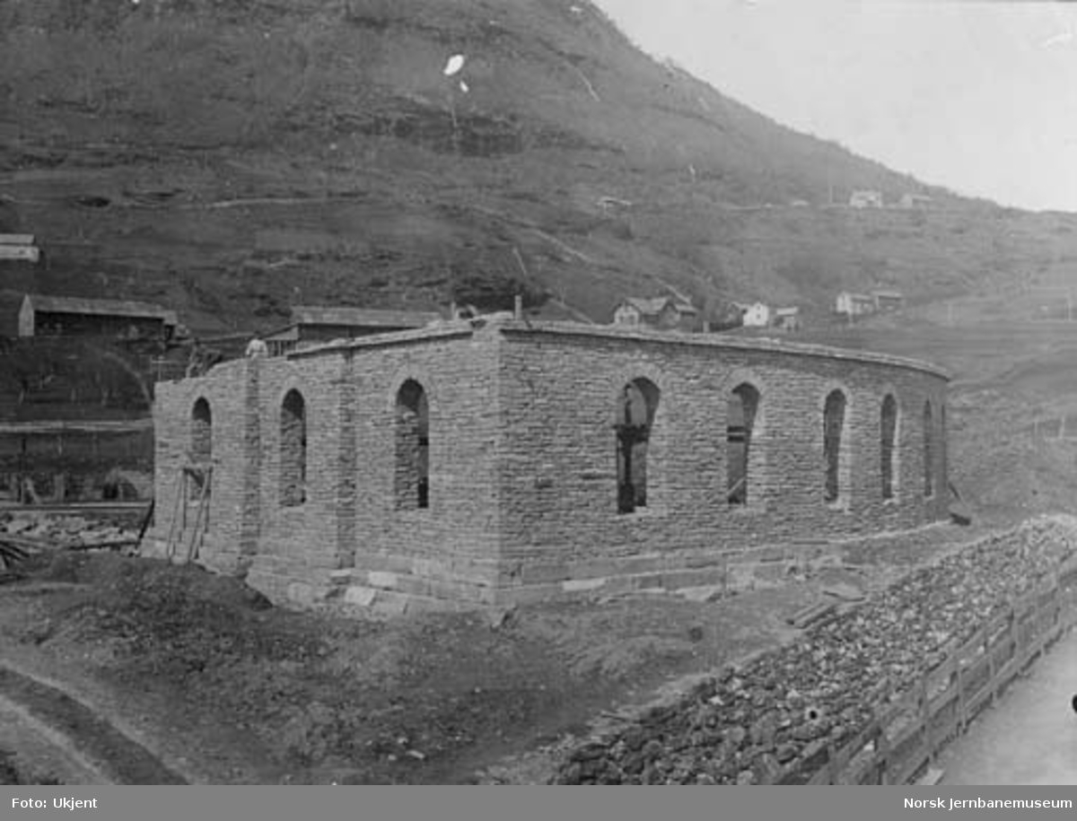 Lokomotivstallen på Voss under bygging