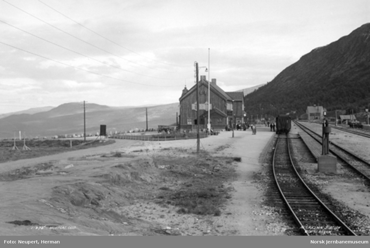 Hjerkinn stasjon nordfra, persontog i spor 1
