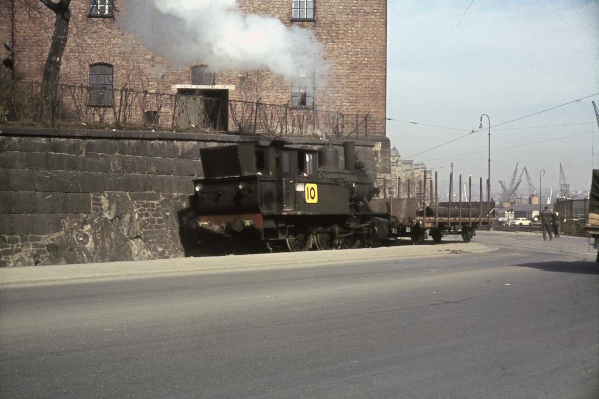 Damplokomotiv med godsvogn ved Vippetangen på Havnebanen i Oslo.