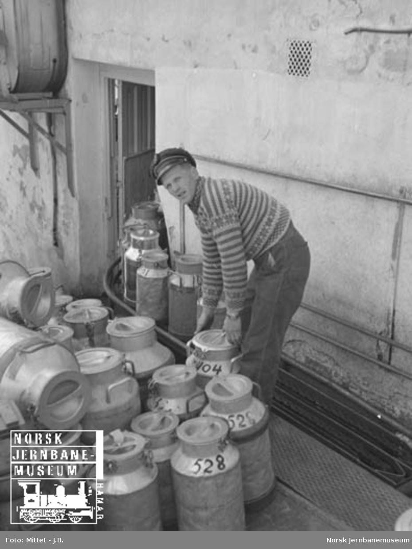 Lågendalsruten : sjåfør Knut Kjølnes leverer melk på gamle Larvik meieri