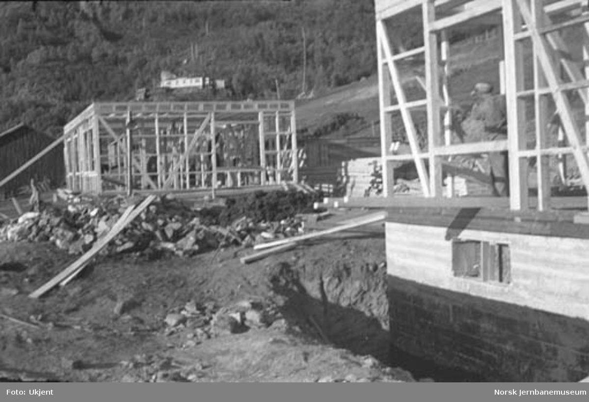Oppsetting av reisverk til bygninger på Nordlandsbaneanlegget