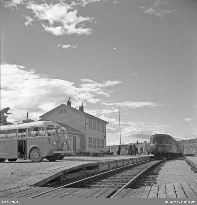 """Lønsdal stasjon med """"Nordlandsekspressen"""" og busser"""