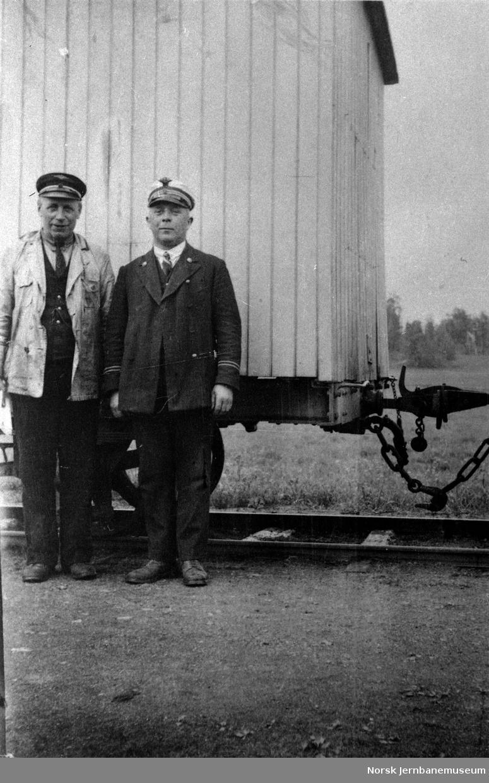 To jernbanemenn fremfor en godsvogn, trolig på Vittingfoss- eller Eidsfossbanen