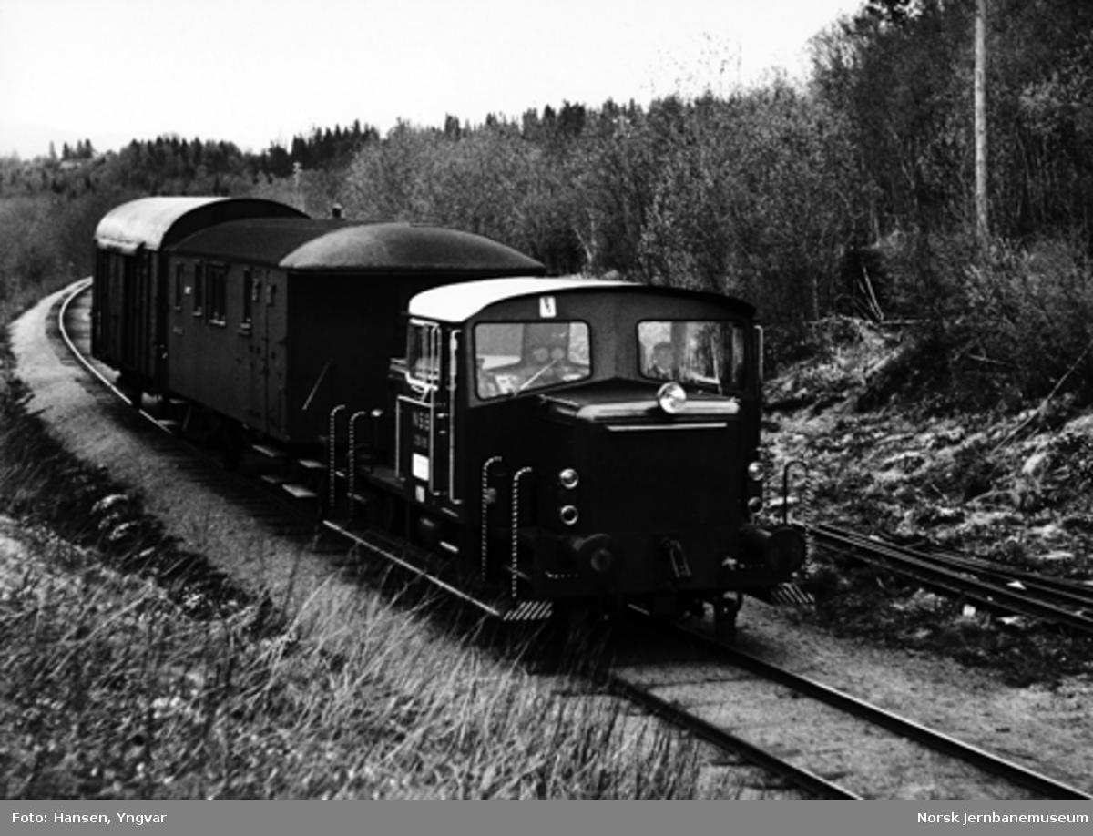 Namsosbanens godstog utenfor Overhalla stasjon, med skiftetraktor Skd 220c som trekkraft