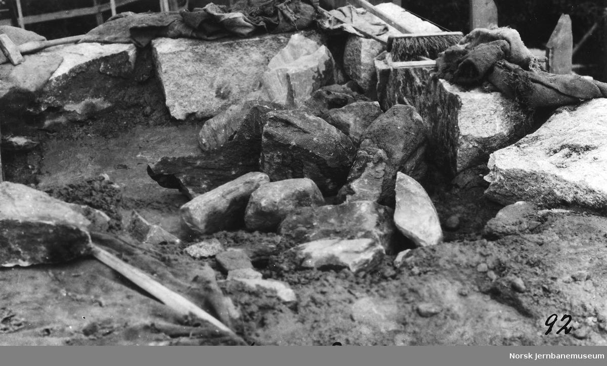 Bygging av bru over Vosso : muring av pillar
