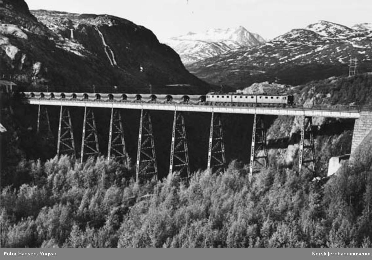 Malmtog på Norddalsenden bru trukket av elektrisk lokomotiv type Dm3