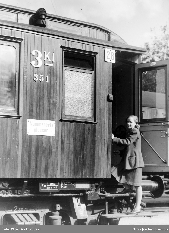 """Personvogn med skilt """"Nummererte plasser"""" og kursnummer """"28"""""""