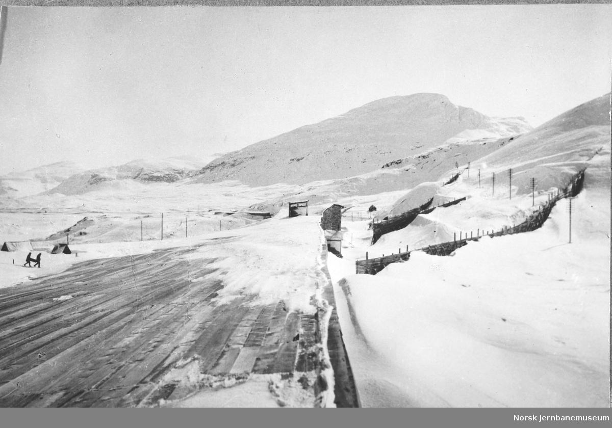 Snøbart tak på svensk snøoverbygg ved riksgrensen