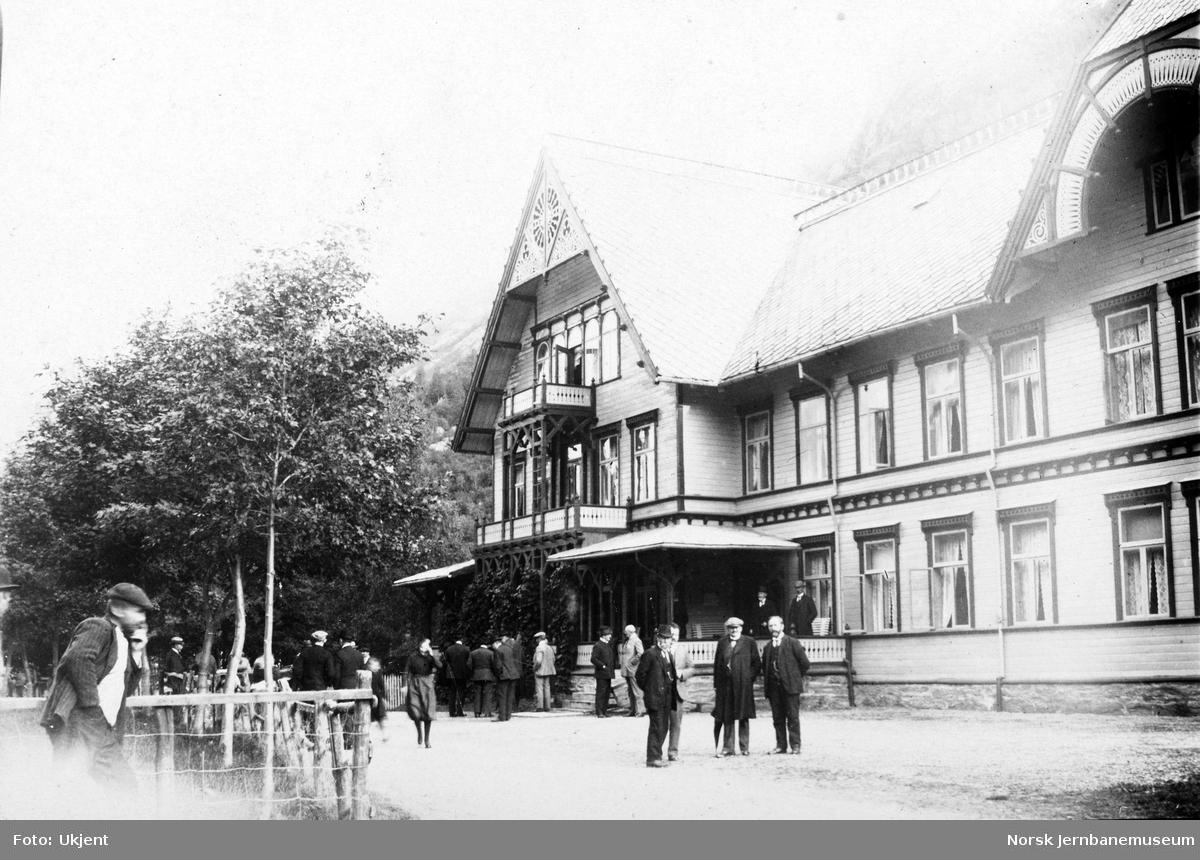 Jernbanebefaring på Vestlandet : deltakerne fremfor Hotel Union, Øye