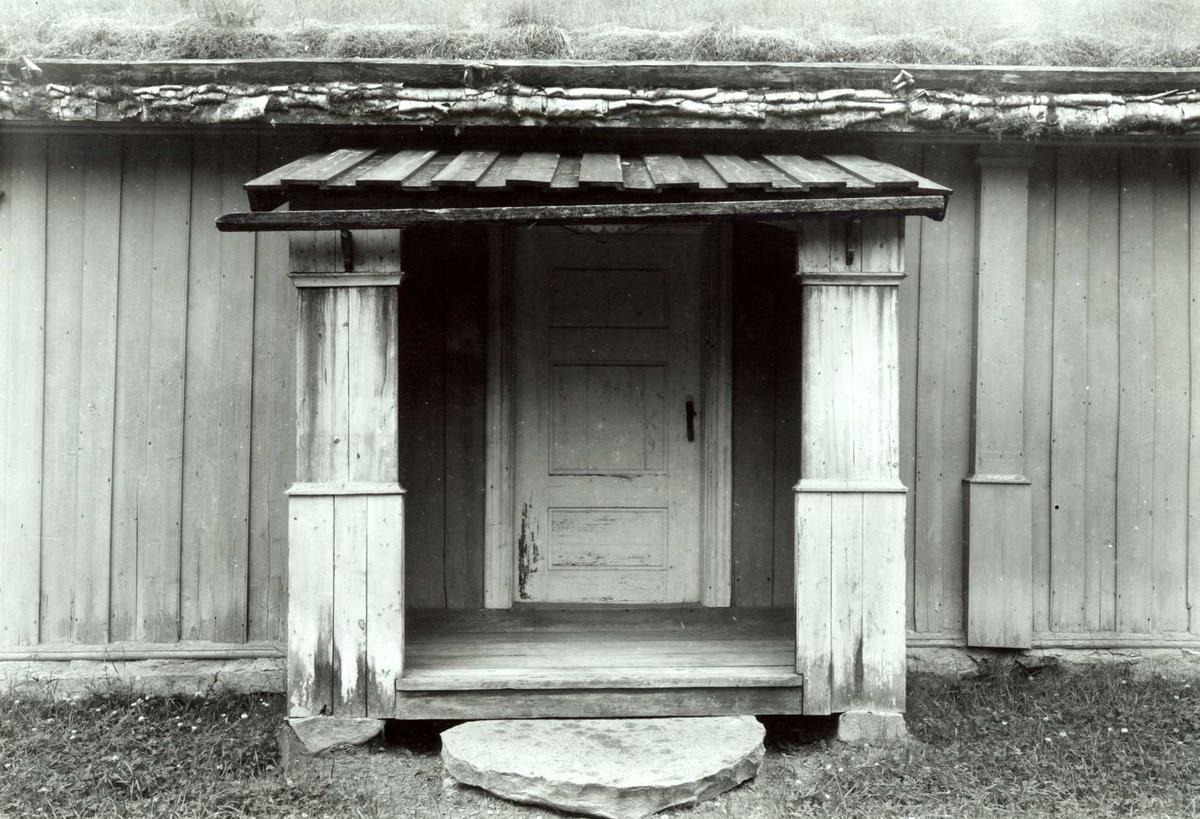 Lømo, Elverum, Sør-Østerdal, Hedmark. Detalj av stue med panel og torv på taket, den ene inngangen. Nå på Glomdalsmuseet.