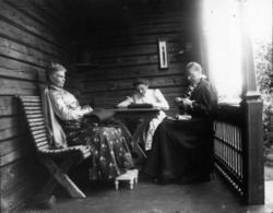 Portrett, fra venstre oberstinne Dahle, Selma Faye og frk. A
