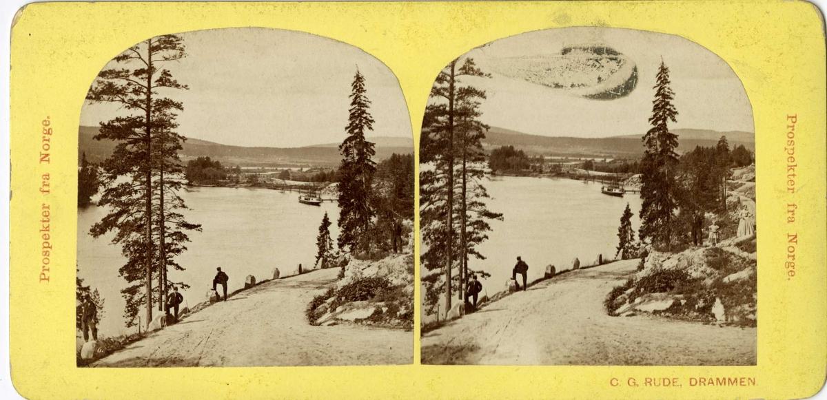 Stereoskopi. Menn og kvinner på vei ved elv ved ukjent sted i Norge.