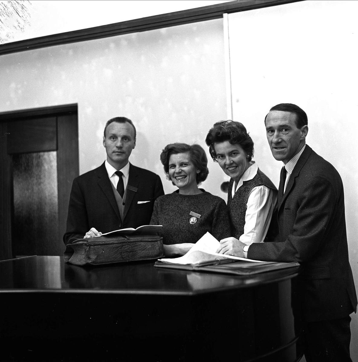 Lærer ser på bøker på Østlandske lærerstevne 19.10.1964.
