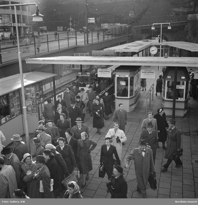 Stockholm, Slussens tunnelbanestation, 1950. Katarinavägen går snett upp till vänster.