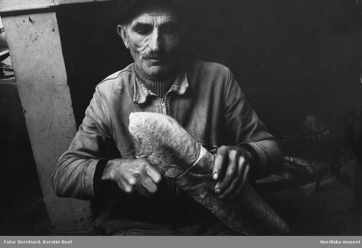 Monsieur Bonnet skär bröd. Port-Sainte-Marie, Frankrike.
