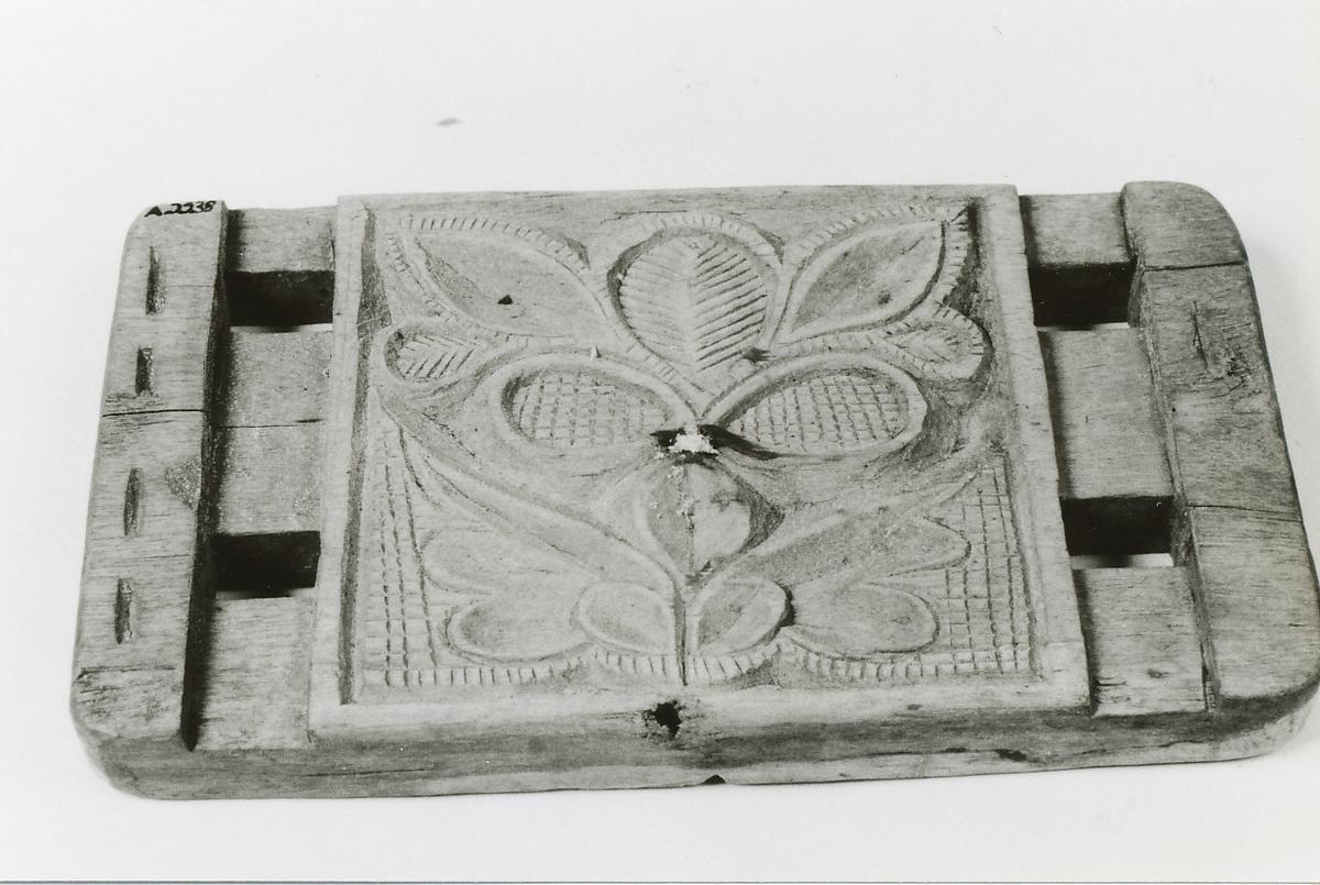 A: Plate, rektangulær,kvadratiske felt med slyngmønstret blad. 2 rektangulære åpninger på hver side. B: Plate med kvadratisk felt med blomst, på siden 2 tapper. C: Som B men med avvikende dekor.D: Som A men med skåret blomst E: Plate, kvadratisk,skåret rosett, tilspisset i dybden.