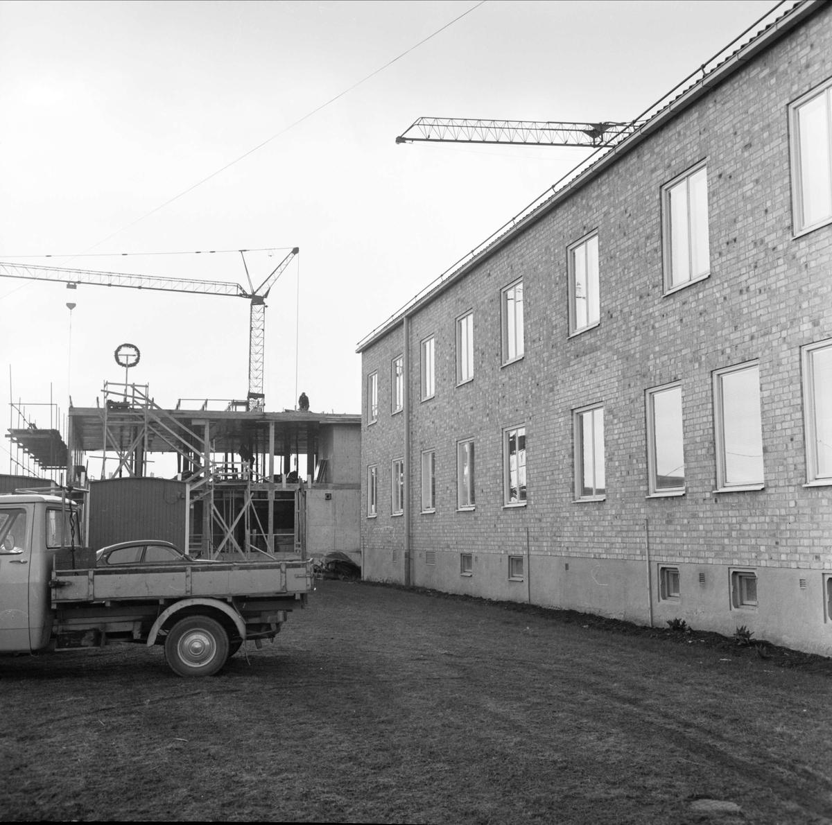 """""""Taklagskrans på Tierps kommuns bygge"""", Tierp, Uppland april 1973"""