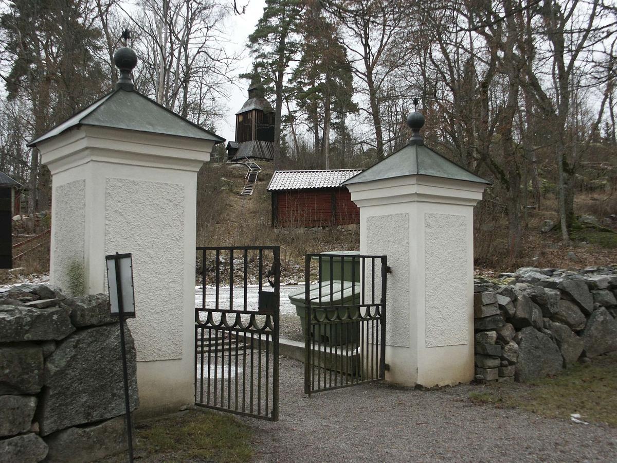 Putsade grindstolpar och klockstapeln vid Fröslunda kyrka, Fröslunda socken, Uppland november 2002