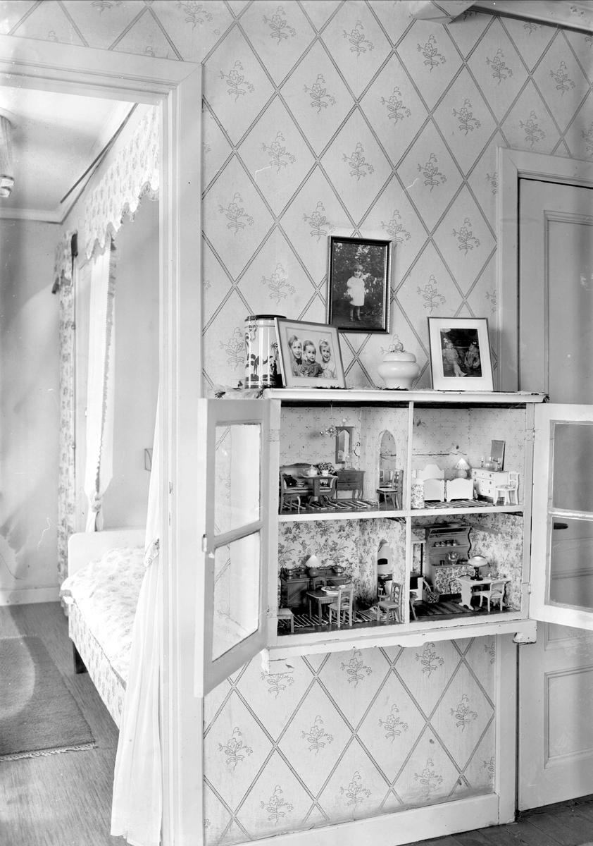 Interiör med dockskåp i läkaren Olof Bratts hem, Uppsala 1949