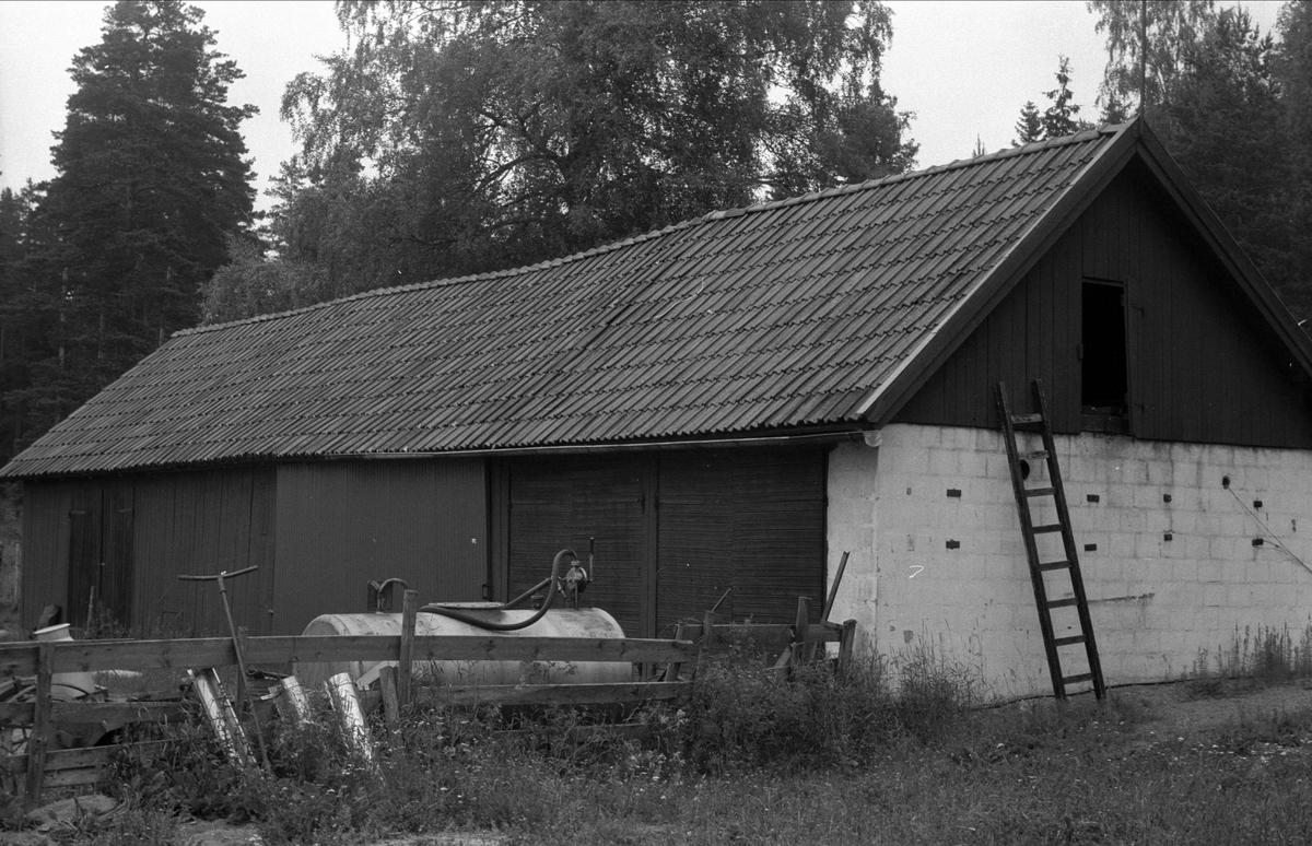 """Traktorgarage, """"Nydrälinge"""", Gränby, Björklinge socken, Uppland 1976"""