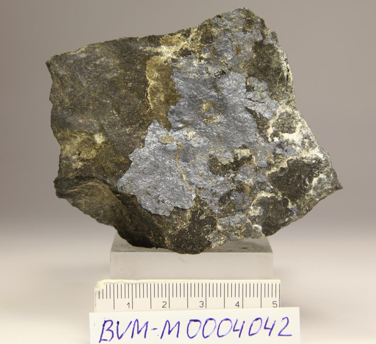 Acanthitt, tynt lag på matriks. Nueva Nevada Mine, Batopilas, Chihuahua, Mexico.