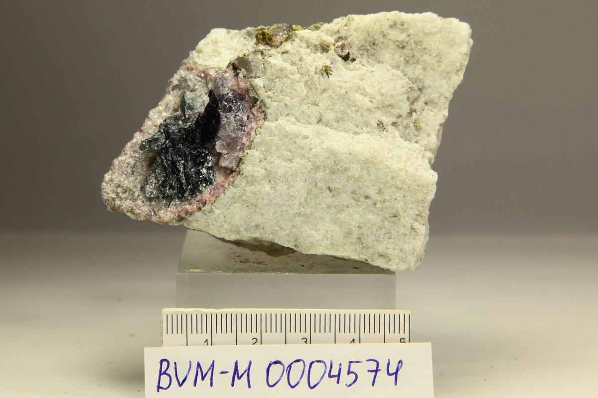 Fluor-elbaitt (rosa) sone rundt fluor-schörl, kvarts, glimmer.