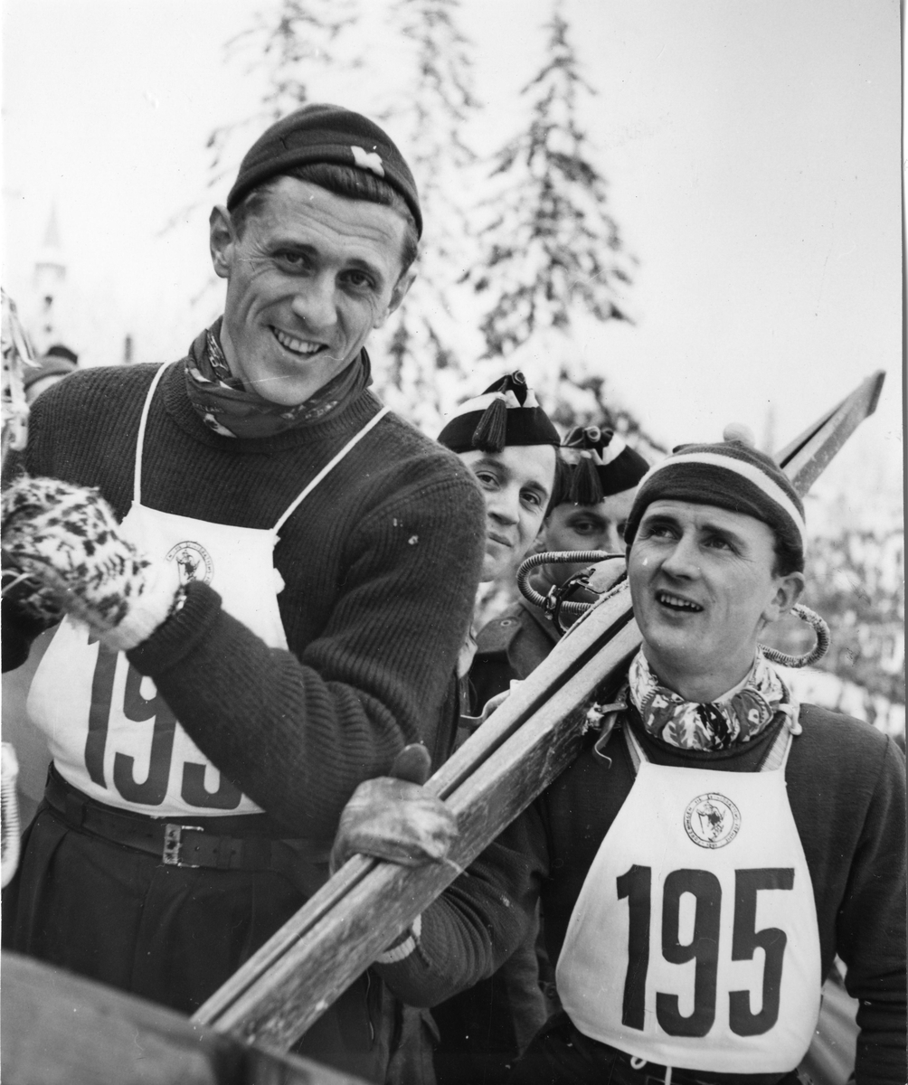 Petter Hugsted og Matti Pietikäinen i Holmenkollen 1948. Petter Hugsted and Matti Pietikäinen at the Holmenkollen jumping hill in 1948.