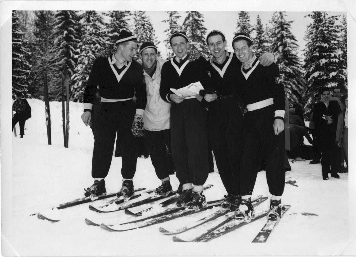 Kongsberghoppere under KIF-renn. T.h. Asbjørn Ruud KIF-boys in jumping competition. Asbjørn Ruud far right.