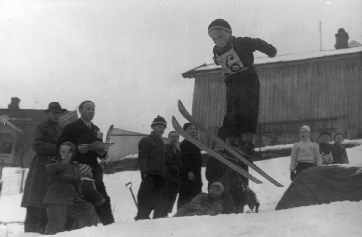 Gutterenn i Steffensløkka på Kongsberg. Kongsberg-boys in jumping competition.