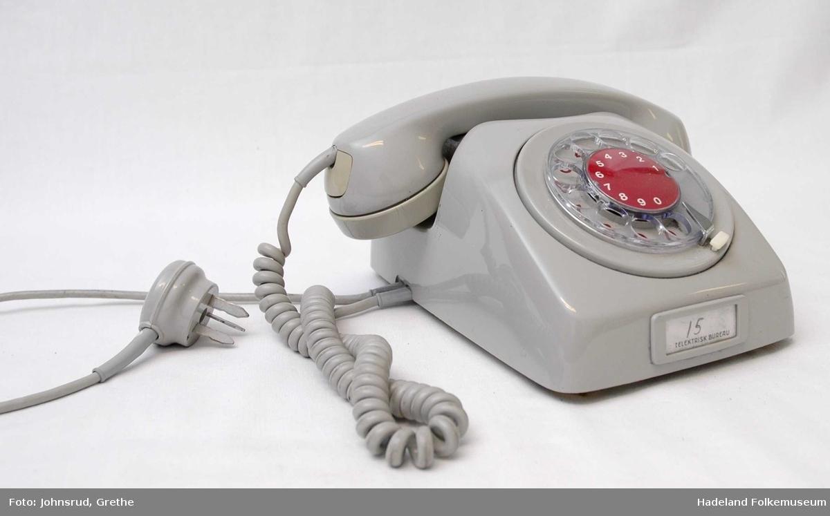 Grå telefon med burgunder tallskive