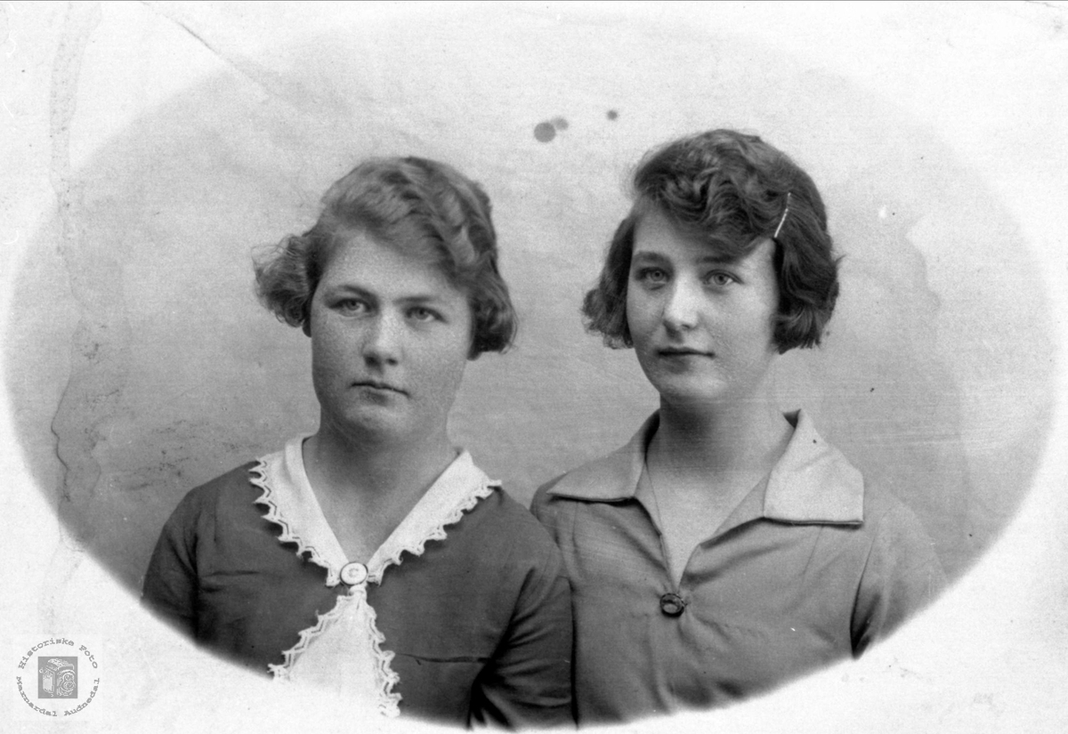 Portrett av søstrene Olaug og Gunvor Åkset, Laudal.