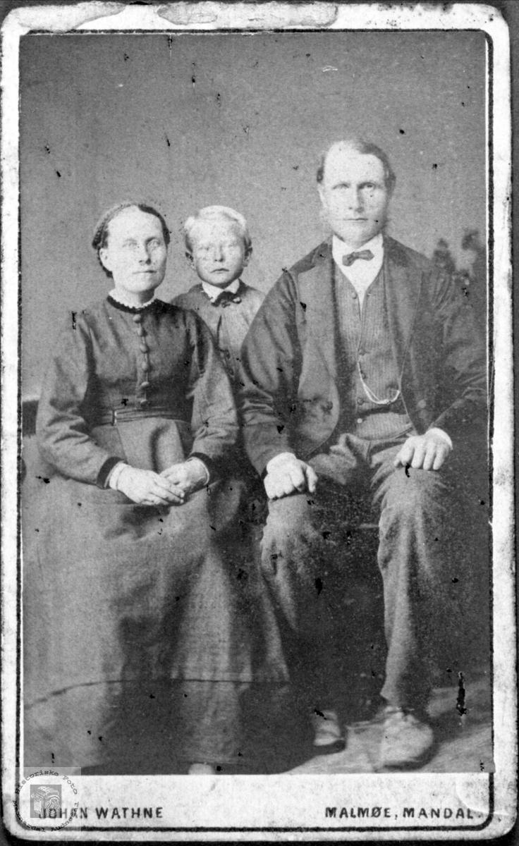 Portrett av Gurine Tomine, John og Thorkild Hjemlestad, Bjelland.