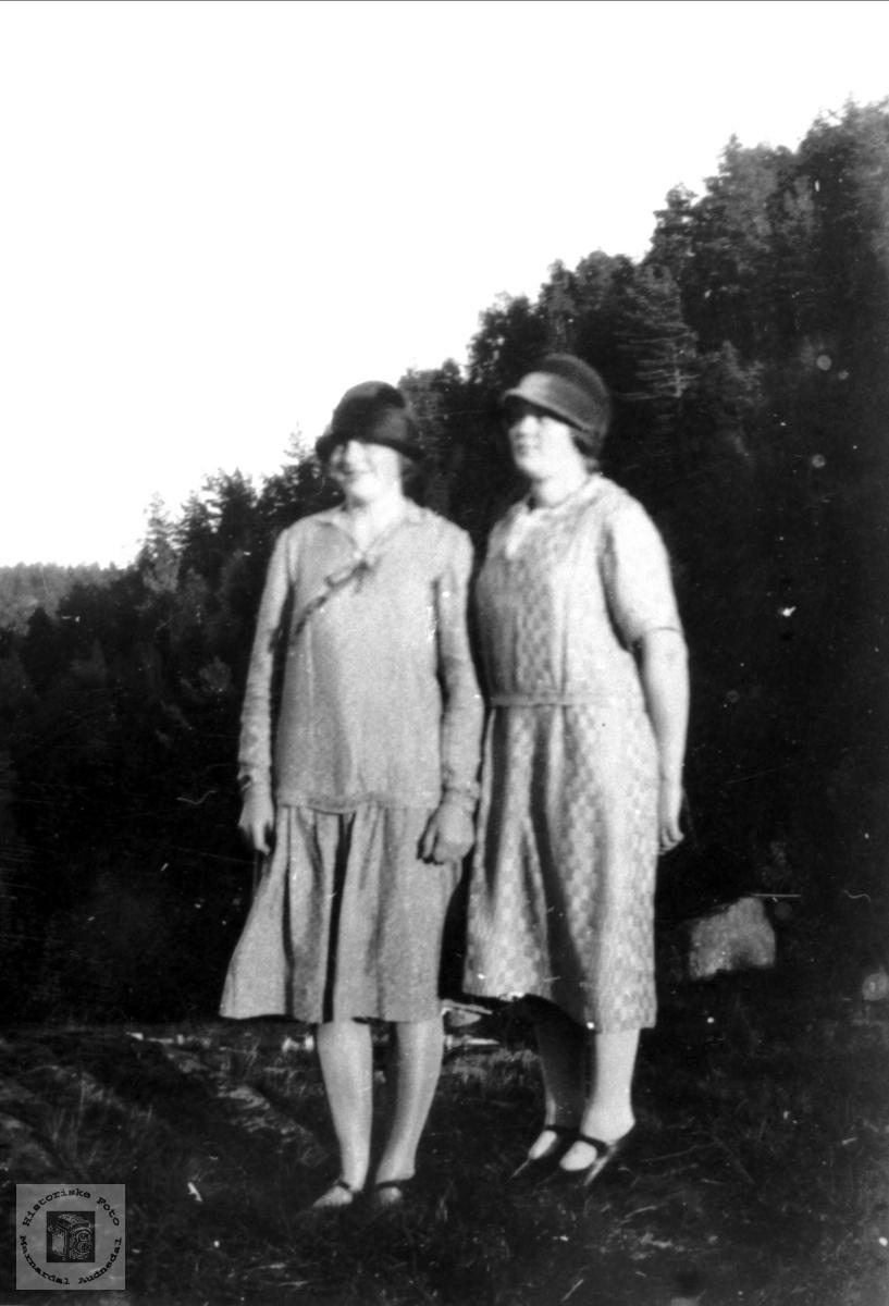 Portrett av søsken Inger og Anna Flåt.