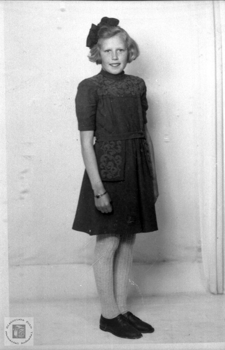 Portrett av ung ukjent jente i finstasen.