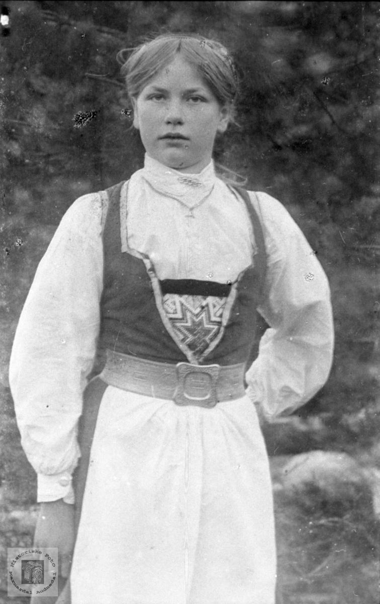 Portrett ung jente i bunad, Tora Foss, Bjelland.