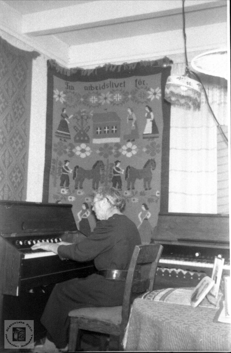 Ved orgelet. Ragna Kalvekleiv.