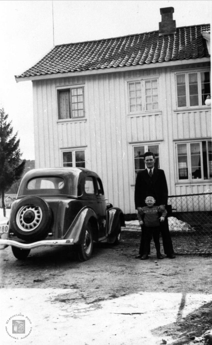 Bil og personer. Olav A. Øyslebø og Per B. Skjævesland, Øyslebø